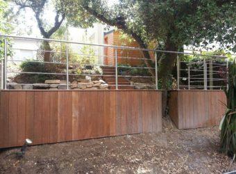Garde-corps inox sur une terrasse en bois.