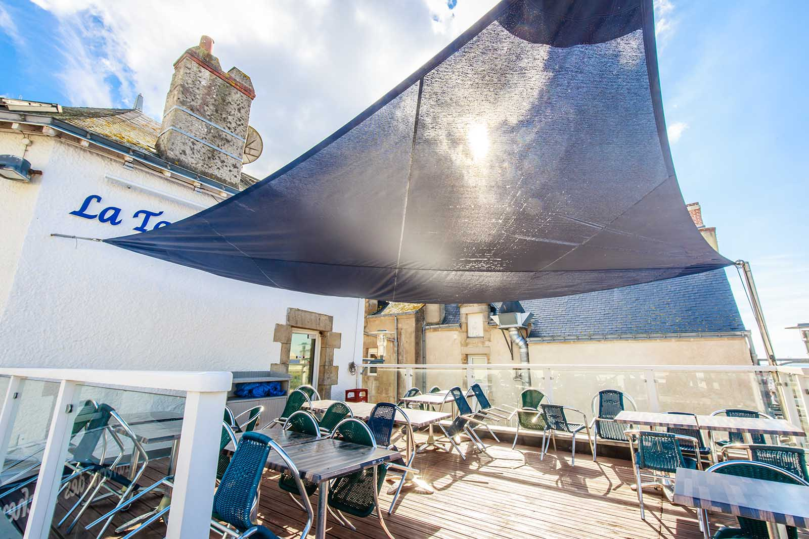 Voiles-d-ombrage-sur-mesure-ERP-Hôtel&restaurants-voiledombrage-pour-terrasses-de-café-métallerie-artdesigninox-showroom-de-guérande (1) copie